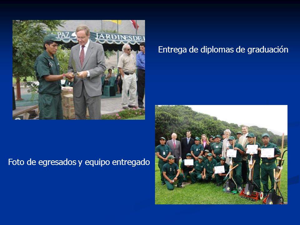 Entrega de diplomas de graduación Foto de egresados y equipo entregado