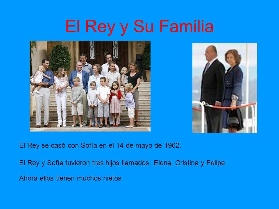 El Rey y Su Familia El Rey se casó con Sofía en el 14 de mayo de 1962. El Rey y Sofía tuvieron tres hijos llamados: Elena, Cristina y Felipe Ahora ell