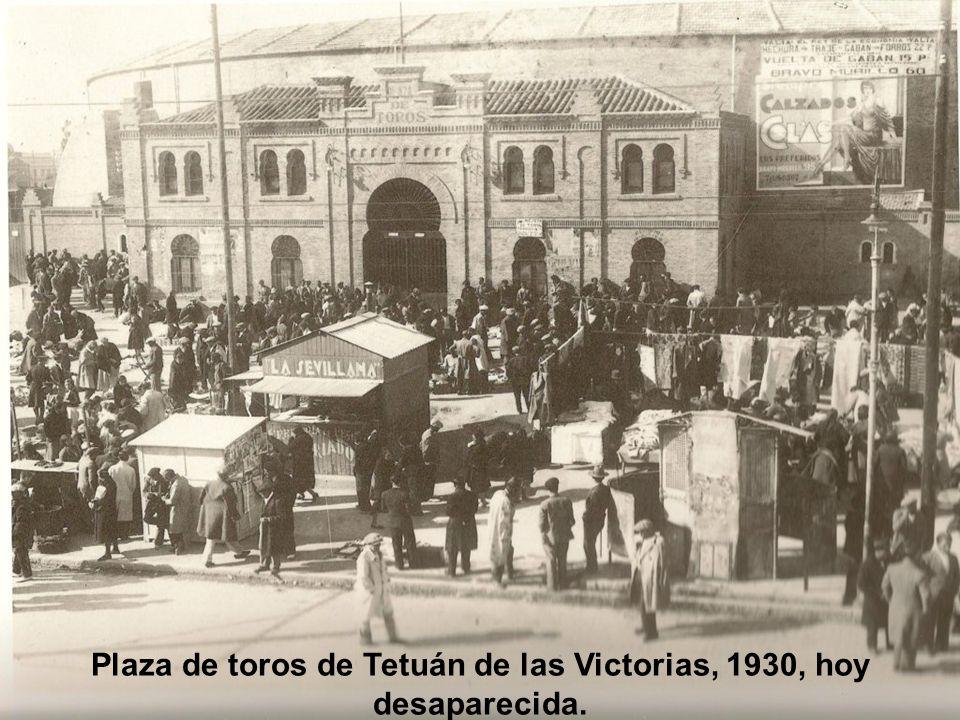 Plaza de la Villa; la Torre de los Lujanes, prisión de Francisco I de Francia preside la plaza. Don Álvaro de Bazán, marqués de Santa Cruz, en el cent