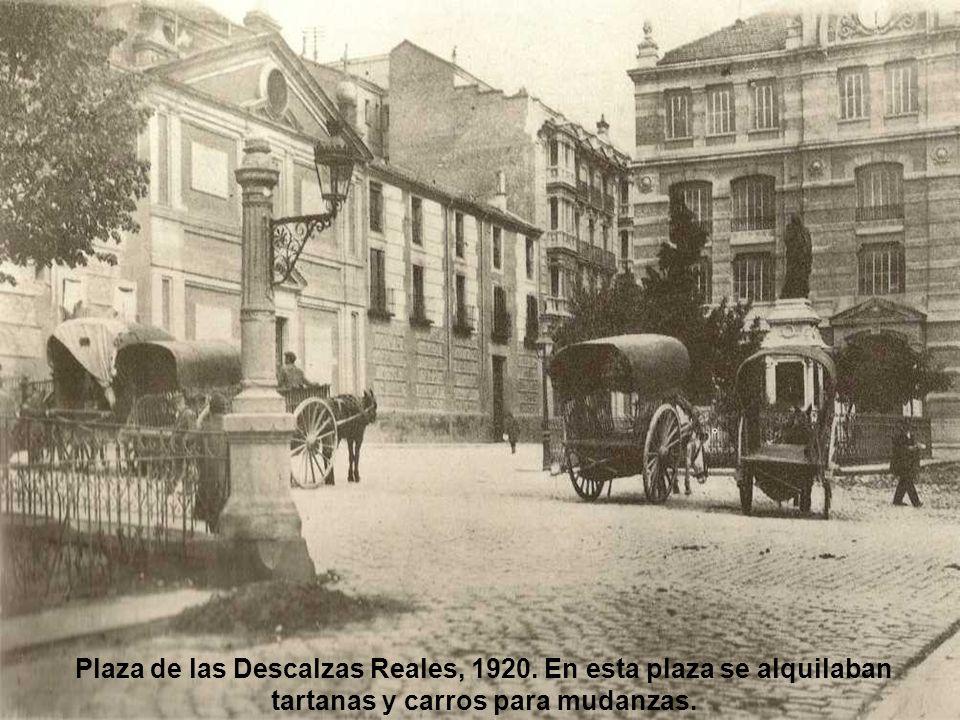 Plaza de Atocha, 1920. La boca del Metro en el centro de la plaza armonizaba con el bulevar y el edificio del Ministerio de Fomento.