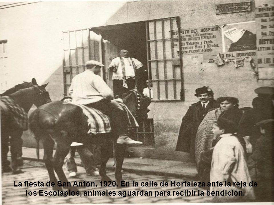 Plaza de las Descalzas Reales, 1920. En esta plaza se alquilaban tartanas y carros para mudanzas.