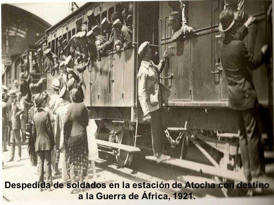 La fiesta de San Antón, 1920. En la calle de Hortaleza ante la reja de los Escolapios, animales aguardan para recibir la bendición.
