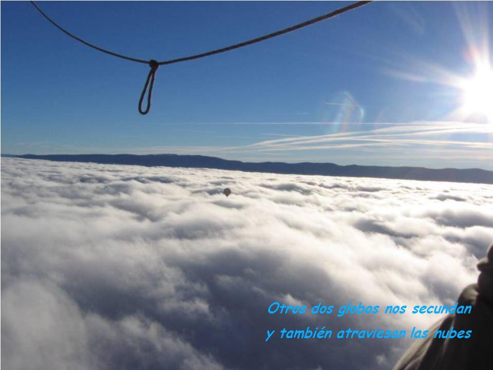 Otros dos globos nos secundan y también atraviesan las nubes