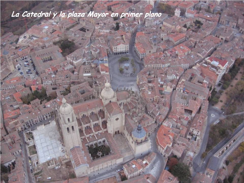 La Catedral y la plaza Mayor en primer plano