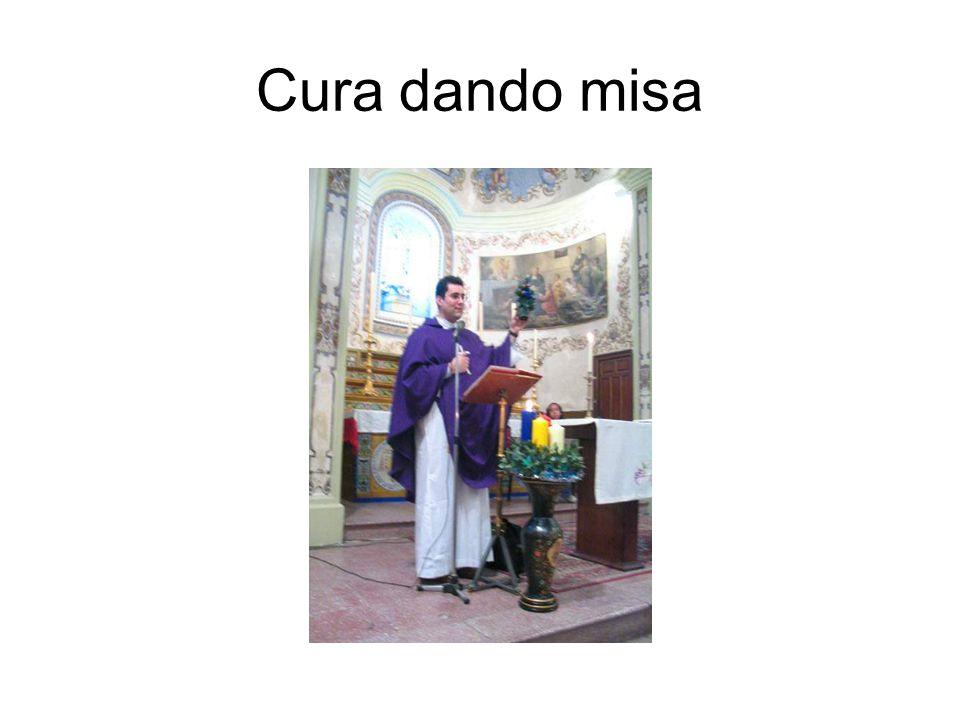 Cura dando misa
