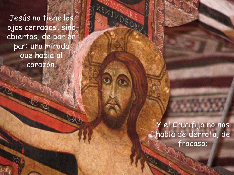 En aquel crucifijo Jesús no aparece muerto, sino vivo. La sangre desciende de las heridas de las manos, los pies y el costado, pero esa sangre expresa