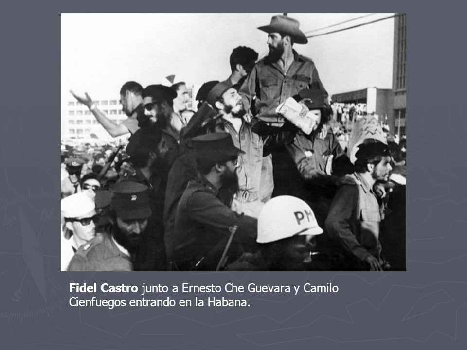 Fidel Castro junto a Ernesto Che Guevara y Camilo Cienfuegos entrando en la Habana.
