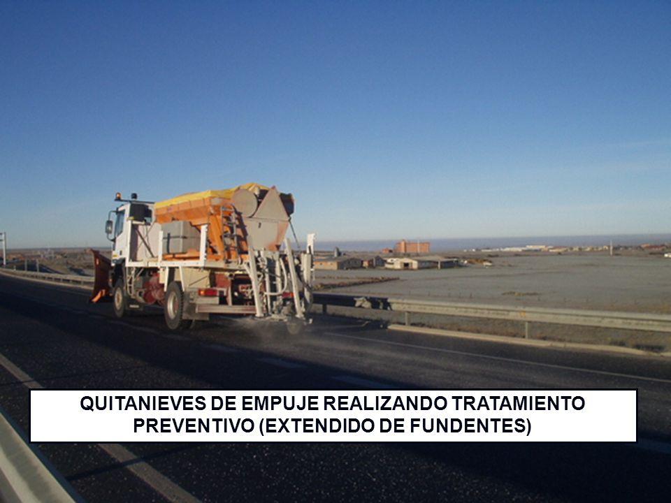 QUITANIEVES DE EMPUJE REALIZANDO TRATAMIENTO PREVENTIVO (EXTENDIDO DE FUNDENTES)