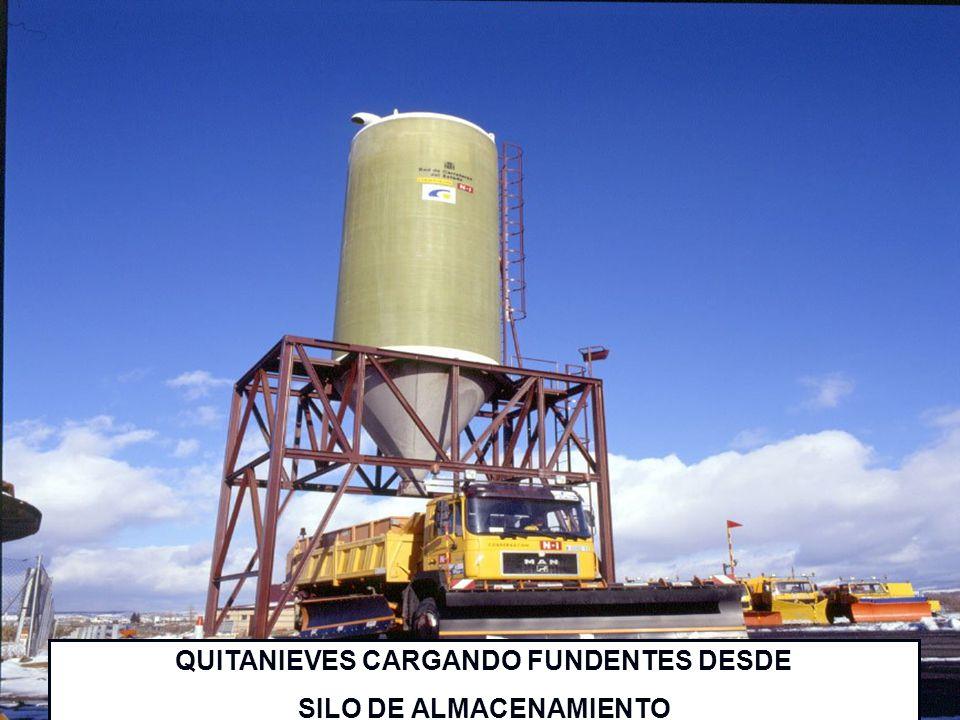QUITANIEVES CARGANDO FUNDENTES DESDE SILO DE ALMACENAMIENTO