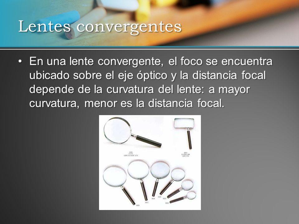 En una lente convergente, el foco se encuentra ubicado sobre el eje óptico y la distancia focal depende de la curvatura del lente: a mayor curvatura,