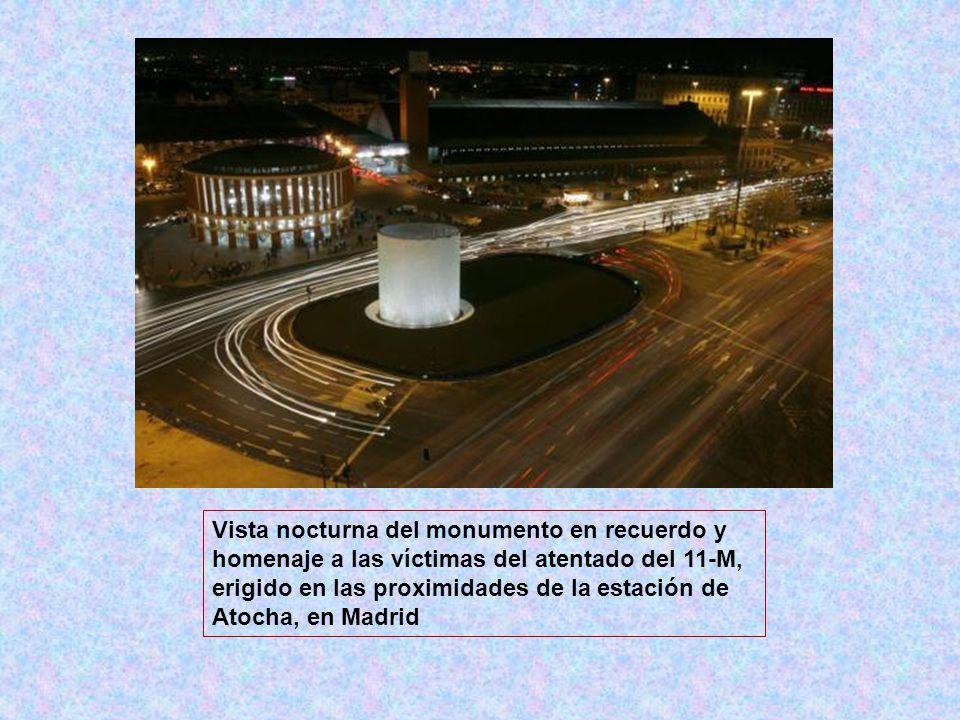 Vista nocturna del monumento en recuerdo y homenaje a las víctimas del atentado del 11-M, erigido en las proximidades de la estación de Atocha, en Mad