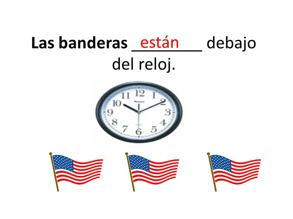 Las banderas ________ debajo del reloj. están