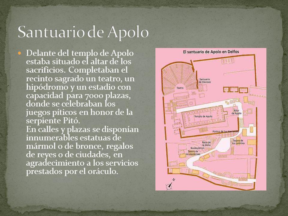 Delante del templo de Apolo estaba situado el altar de los sacrificios. Completaban el recinto sagrado un teatro, un hipódromo y un estadio con capaci