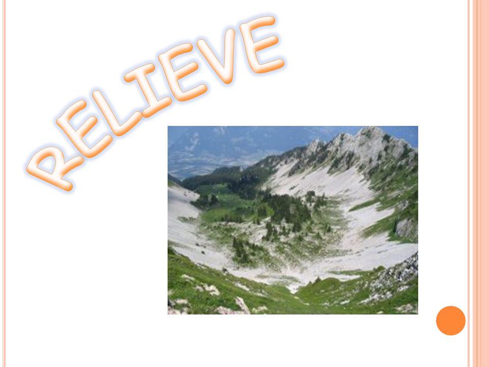 Una llanura es un campo o terreno sin altos ni bajos.