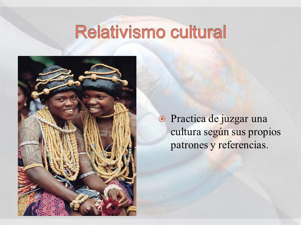 Practica de juzgar una cultura según sus propios patrones y referencias.