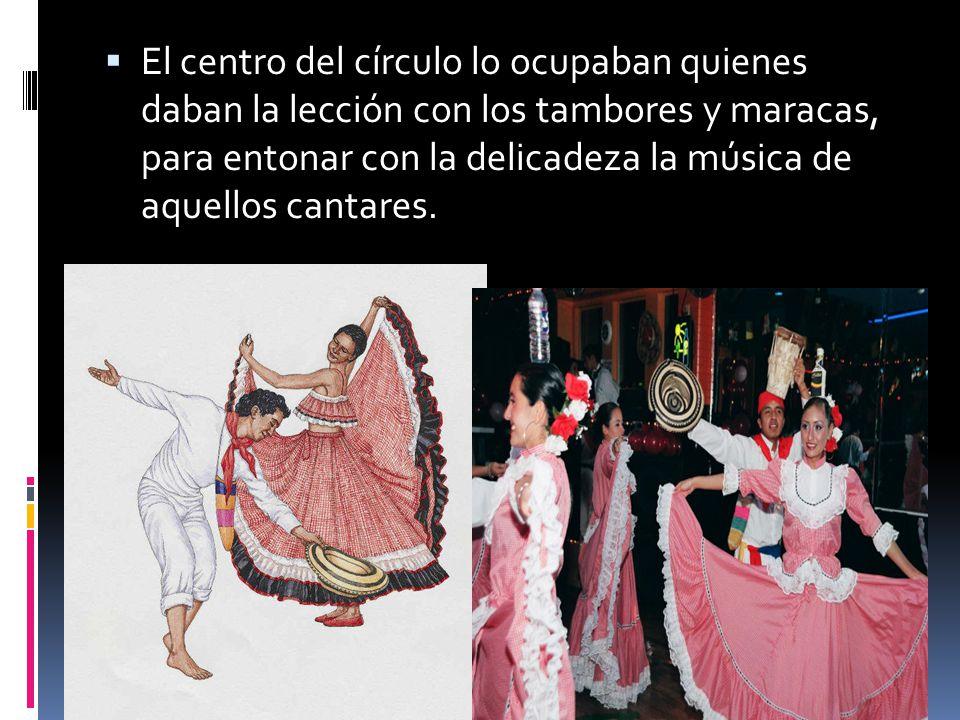 El centro del círculo lo ocupaban quienes daban la lección con los tambores y maracas, para entonar con la delicadeza la música de aquellos cantares.