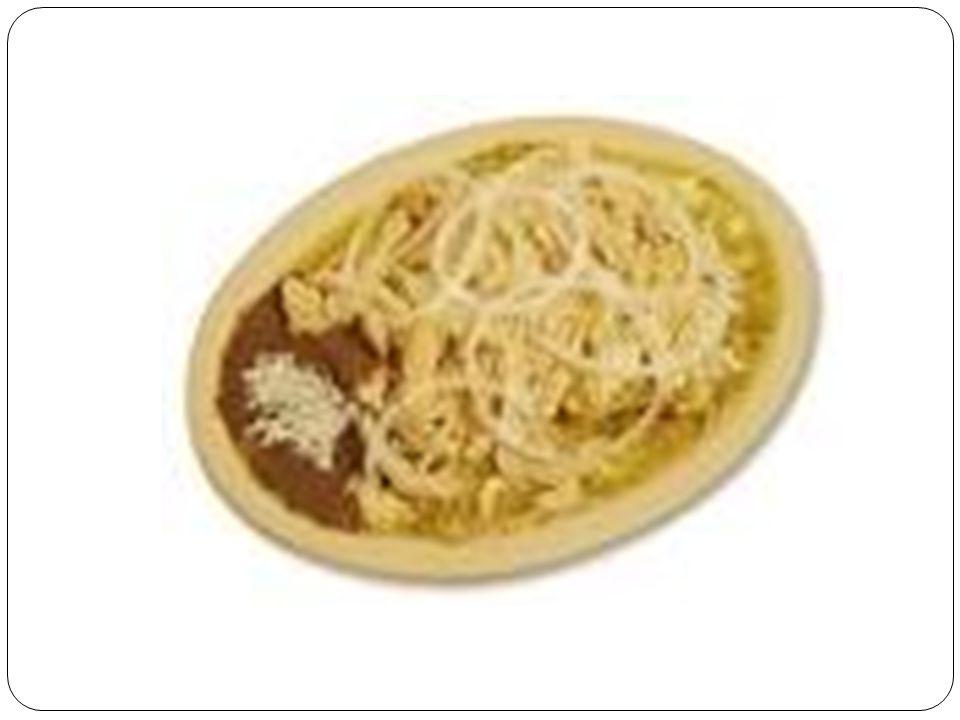 Receta : INGREDIENTES 10 Tortillas de maíz 1/4 de cebolla 150 gms pollo deshebrado 2 tomates huajes licuados con 1/4 cubo de consomé de pollo o res 100 gms queso manchego rallado crema al gusto aceite el necesario