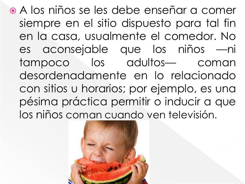 A los niños se les debe enseñar a comer siempre en el sitio dispuesto para tal fin en la casa, usualmente el comedor.