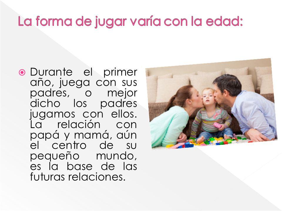 Durante el primer año, juega con sus padres, o mejor dicho los padres jugamos con ellos. La relación con papá y mamá, aún el centro de su pequeño mund