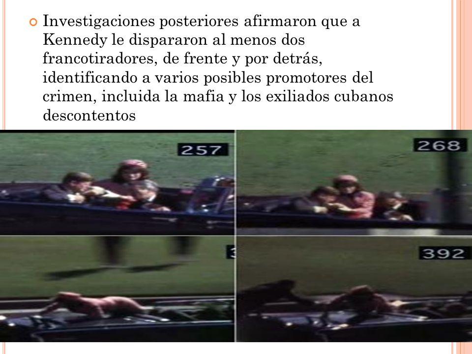 Investigaciones posteriores afirmaron que a Kennedy le dispararon al menos dos francotiradores, de frente y por detrás, identificando a varios posible