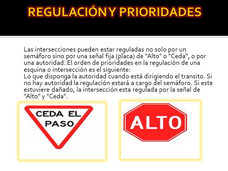 Las intersecciones pueden estar reguladas no solo por un semáforo sino por una señal fija (placa) de Alto o Ceda , o por una autoridad.