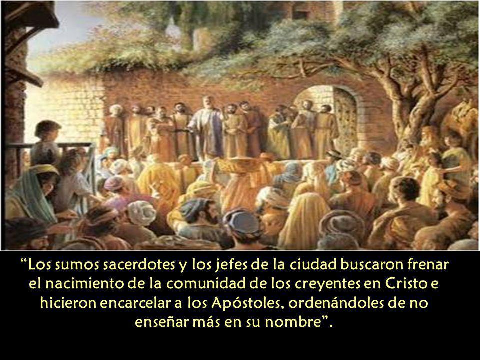 Los sumos sacerdotes y los jefes de la ciudad buscaron frenar el nacimiento de la comunidad de los creyentes en Cristo e hicieron encarcelar a los Apóstoles, ordenándoles de no enseñar más en su nombre.