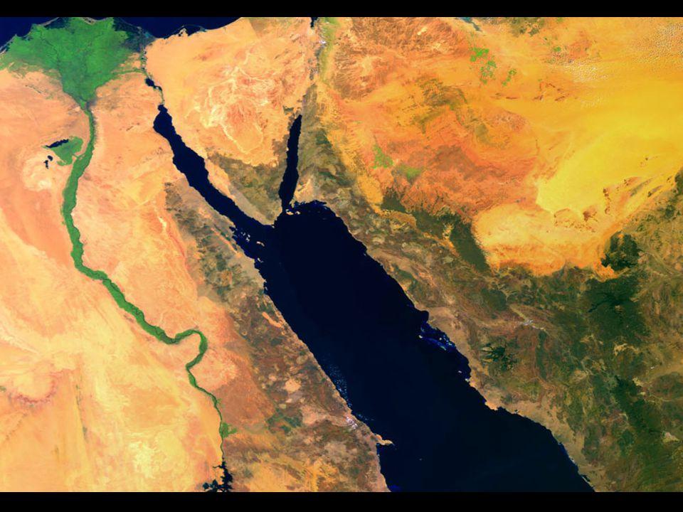 El Mar Rojo A la derecha se muestra el Río Nilo (verde) serpenteando hacia su delta en Egipto.