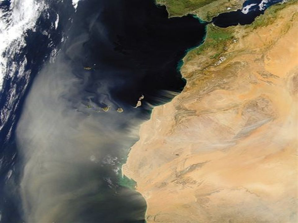 Los Polvos del Sahara Una tempestad de arena sale del desierto del Sahara al Norte de Africa hacia el Atlántico y pasa sobre las islas canarias.