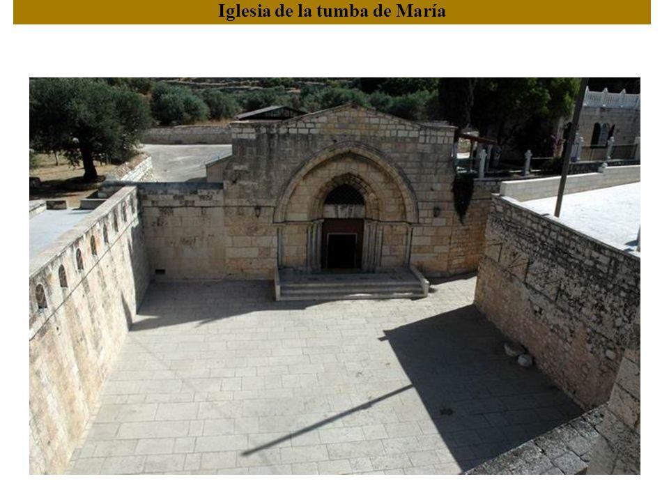 The descent to the room where Jesus was imprisoned The lower story chapel La capilla principal. Véase la adoración en el techo.