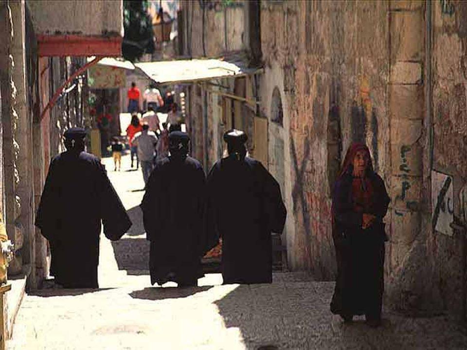 Los franciscanos salen a la calle cada viernes a hacer el Vía-Crucis.