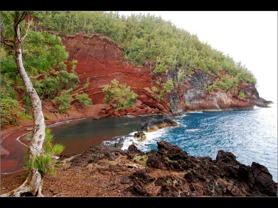 Situada en la isla de Mauim en Hawaii, esta playa no es de fácil acceso, pero la larga caminata vale la pena.