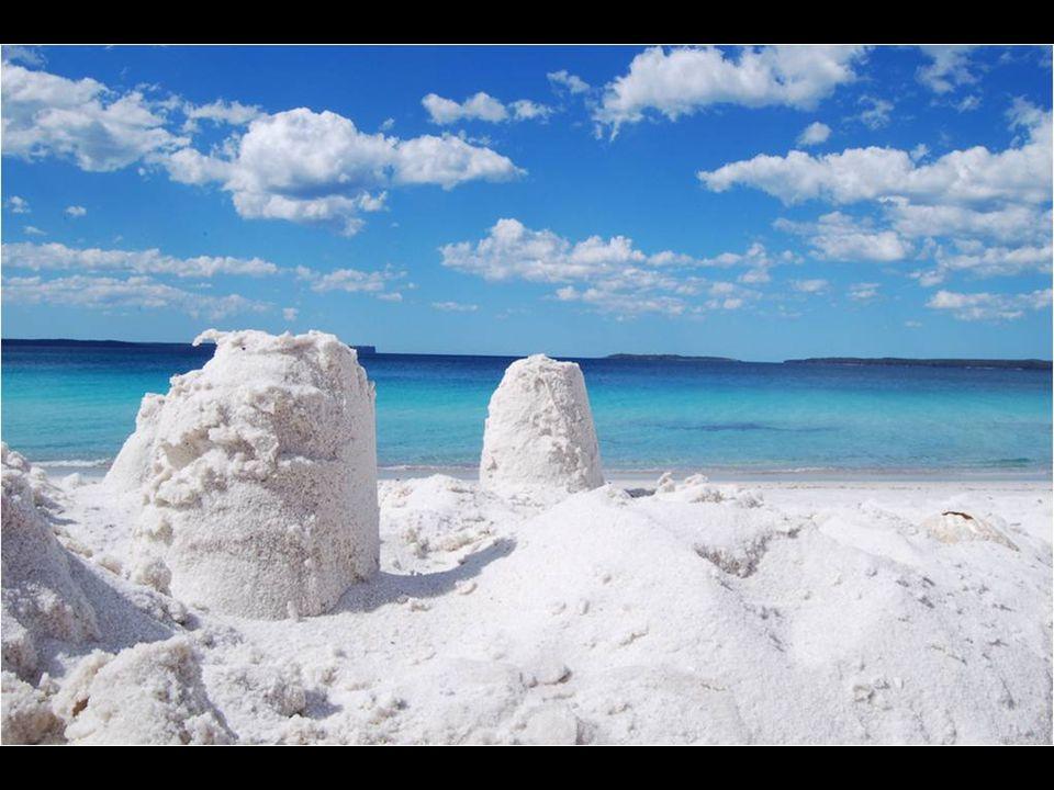 Figura en el libro Guinness como la playa de arena más blanca del mundo.