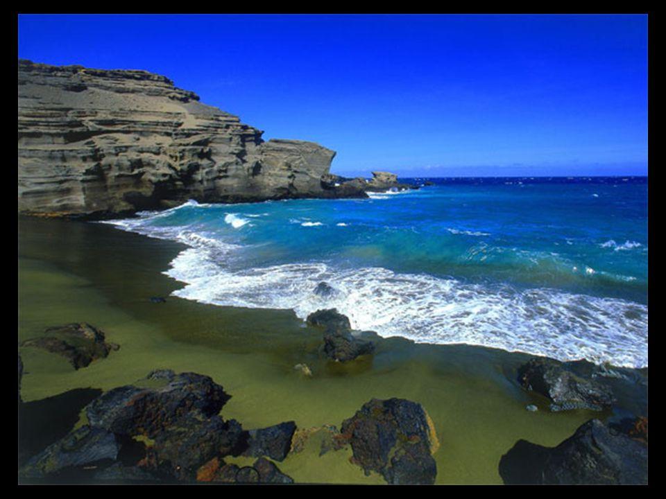 El olivino, un componente común de la lava de Hawaii, se encuentra en relativa abundancia en la playa de Papakolea, razón por la que sobre todo en la orilla, la playa tiene un particular tono verde.
