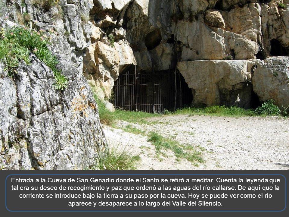 A 2 kilómetros de Peñalba de Santiago, se encuentra la cueva de San Genadio (Obispo de la Diócesis de Astorga entre 909 y 919) El trayecto se adentra