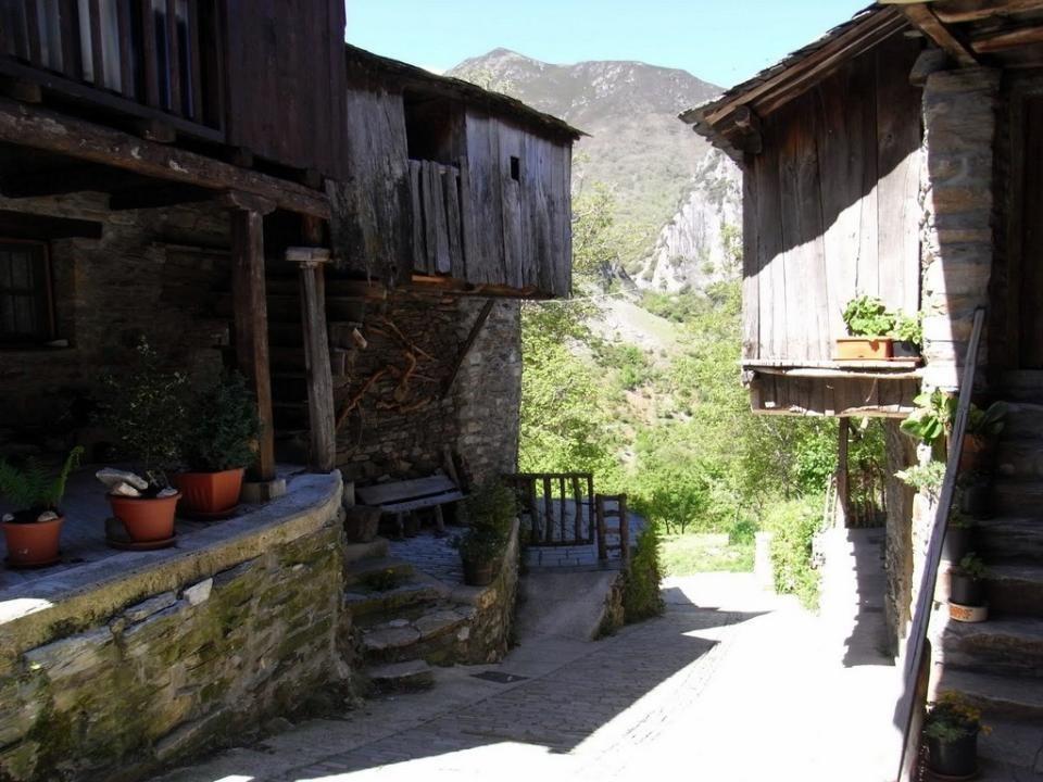 El acceso a Peñalba se efectúa por una carretera de montaña de trazado tortuoso y angosto al discurrir entre los montes Aquilanos y valles como los de