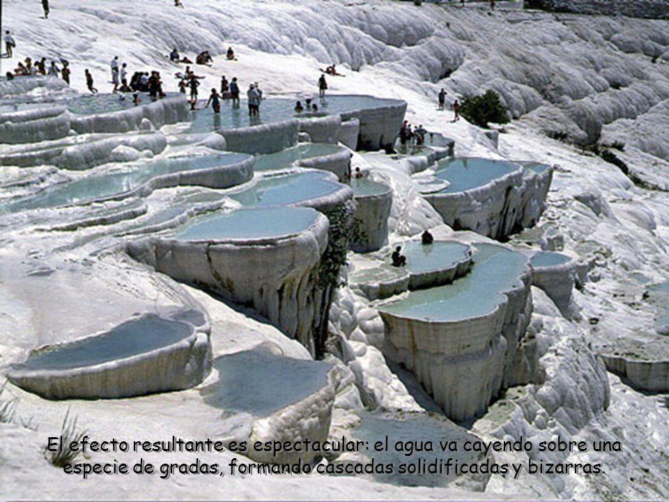 La acción de las distintas aguas minerales que contienen óxidos de calcio dejó increíbles marcas en las estructuras, por lo que este fascinante paisaje ha sigo protegido para su preservación.