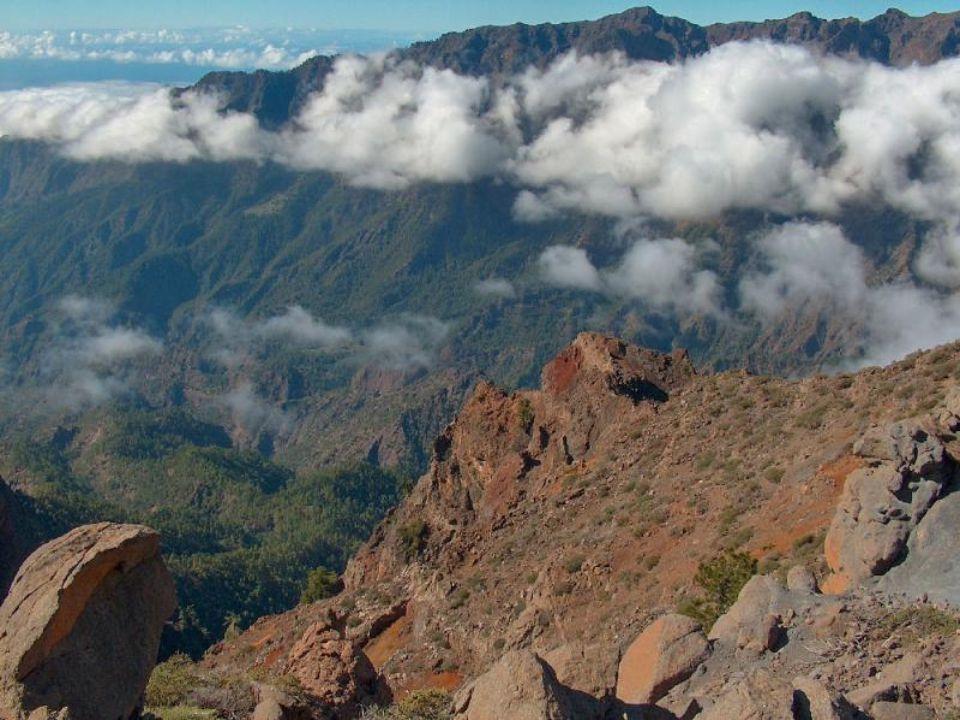 La isla de La Palma tiene una altitud máxima de 2.423 metros.