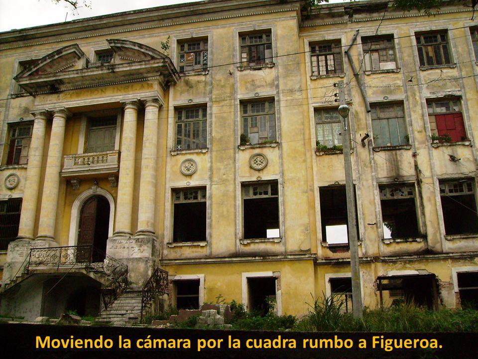 La entrada de la antigua «Institución Inclán», a mitad de la cuadra. No hace falta llamar la atención sobre el deterioro y abandono generales.