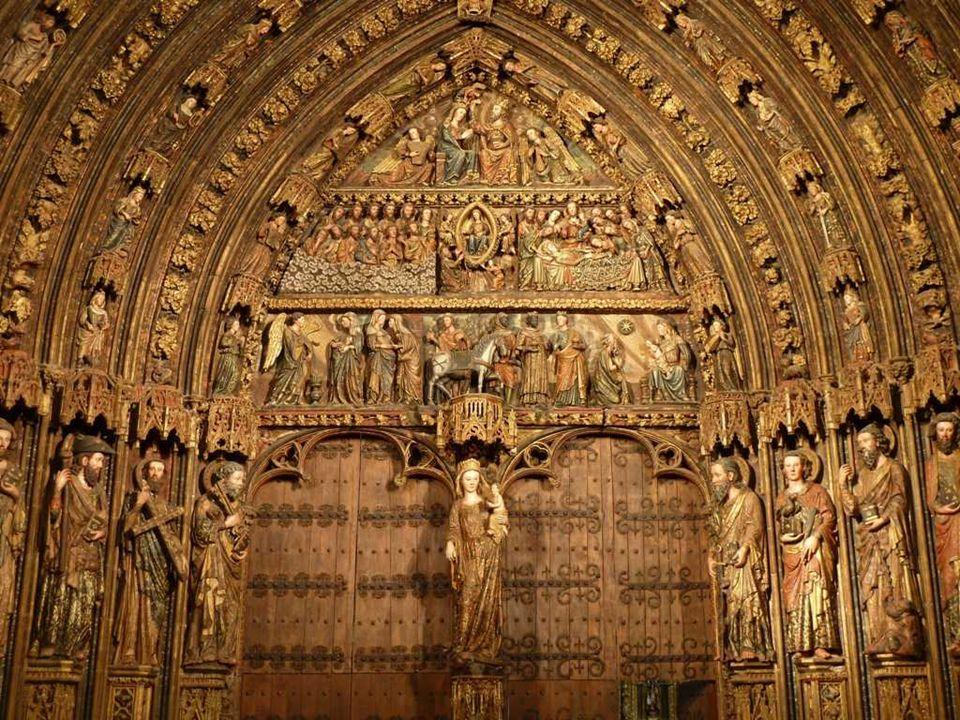 Todas las imágenes se encuentran de pie sobre un pedestal poligonal ricamente decorado con gabletes floreados y tallas de animales, monstruos, etc.