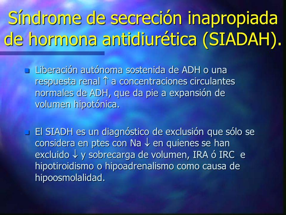 n Liberación autónoma sostenida de ADH o una respuesta renal a concentraciones circulantes normales de ADH, que da pie a expansión de volumen hipotóni