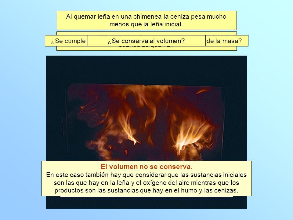 Al quemar leña en una chimenea la ceniza pesa mucho menos que la leña inicial. Es una reacción química porque las sustancias que hay al final en el hu