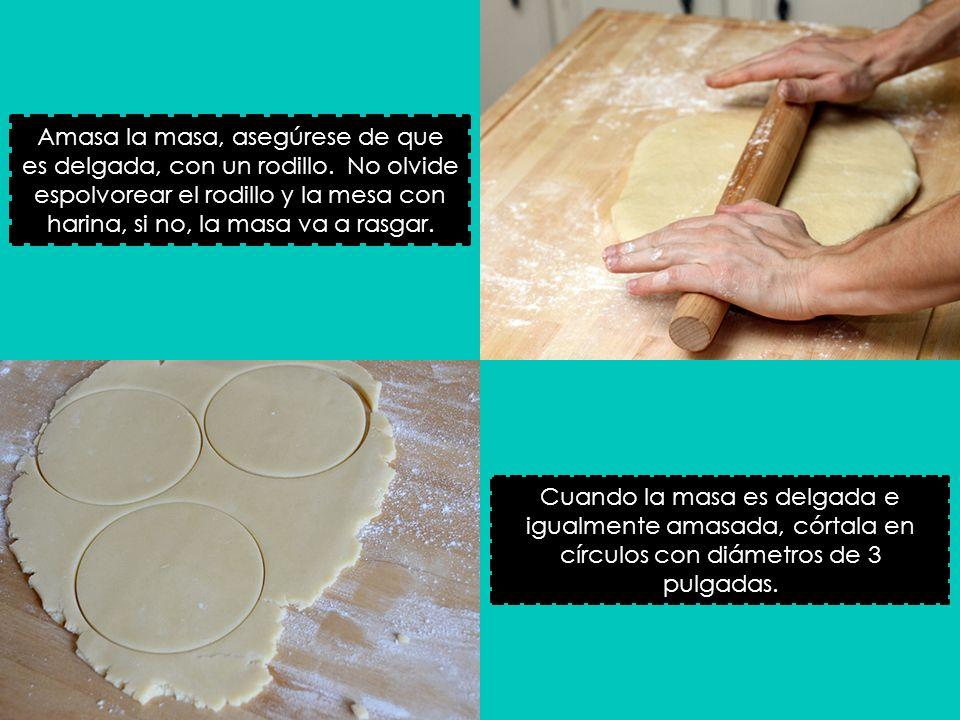 Amasa la masa, asegúrese de que es delgada, con un rodillo. No olvide espolvorear el rodillo y la mesa con harina, si no, la masa va a rasgar. Cuando
