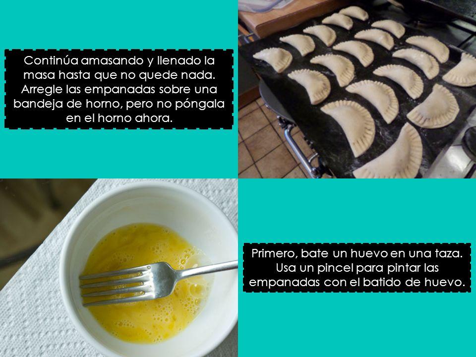 Transfiere a una bandeja o plato y sirve con salsa o crema agria.