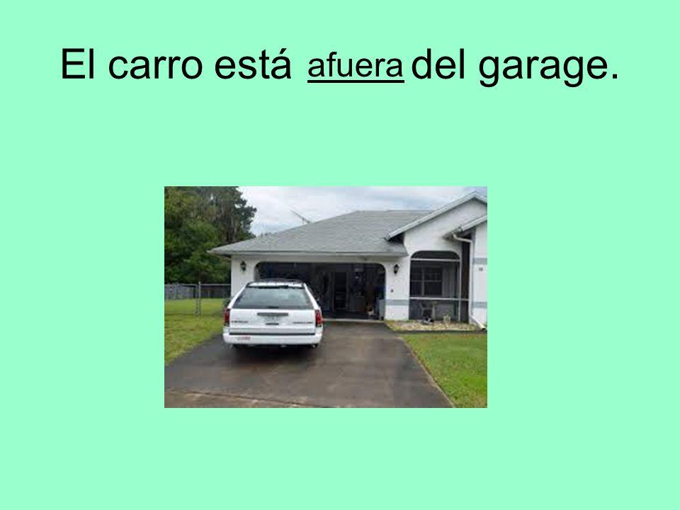 El carro está del garage. afuera