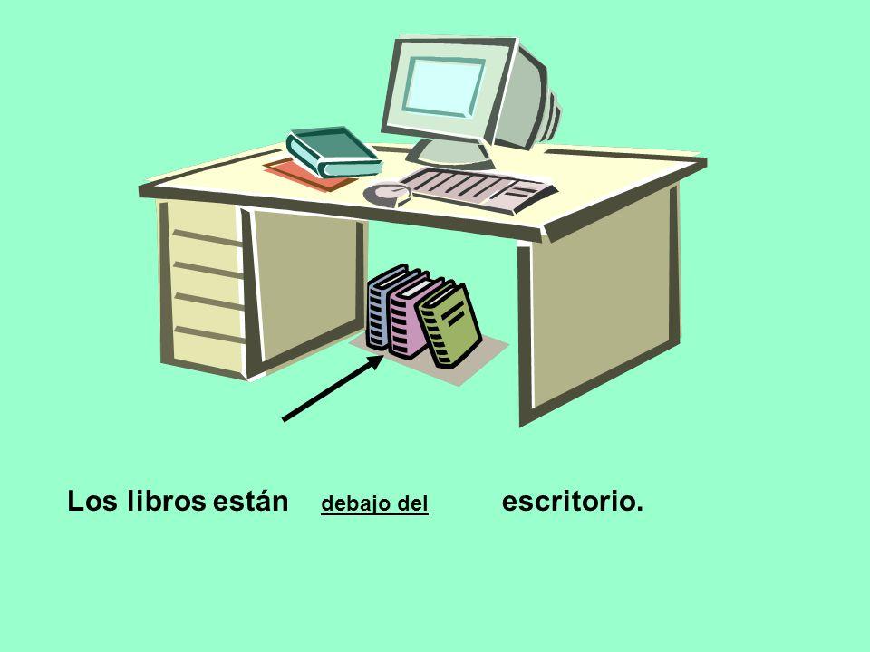 Los libros están escritorio. debajo del