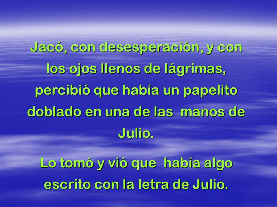 Julio estaba muerto. Doña Joana, desesperada, abrazó a su hijo y no podía ni respirar de tanto llorar. Ricardo, desconsolado, tomó firme la mano del h
