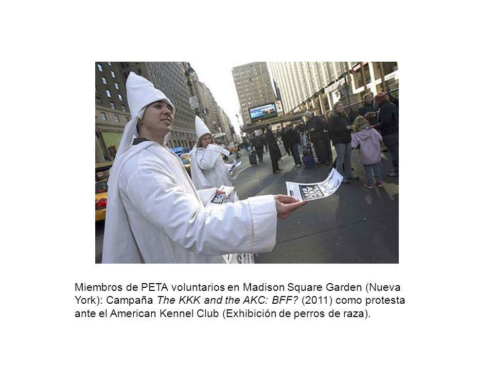 Miembros de PETA voluntarios en Madison Square Garden (Nueva York): Campaña The KKK and the AKC: BFF? (2011) como protesta ante el American Kennel Clu