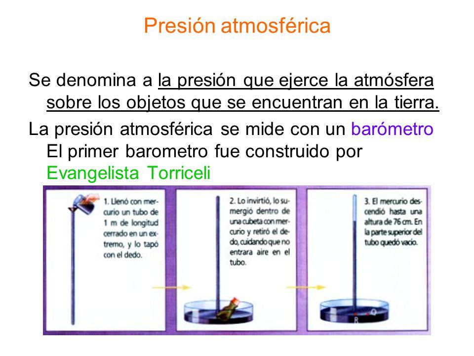 Presión atmosférica Se denomina a la presión que ejerce la atmósfera sobre los objetos que se encuentran en la tierra. La presión atmosférica se mide