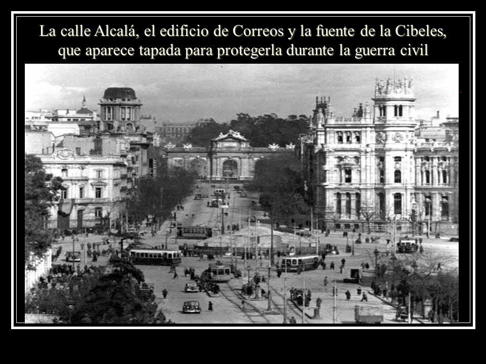 La calle Alcalá, el edificio de Correos y la fuente de la Cibeles, que aparece tapada para protegerla durante la guerra civil
