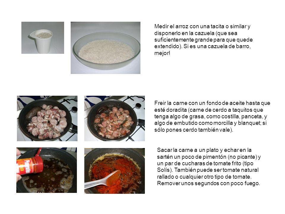Medir el arroz con una tacita o similar y disponerlo en la cazuela (que sea suficientemente grande para que quede extendido).